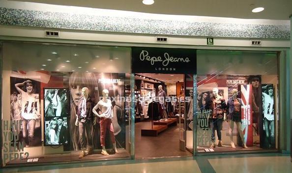 Міжсезонний розпродаж в магазині модного одягу Pepe Jeans London. грудень 2014