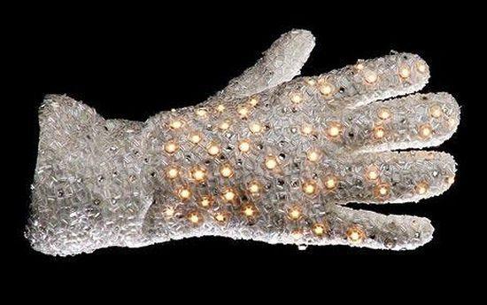 Рукавичка Майкла Джексона , що пішла з молотка за 330 тисяч