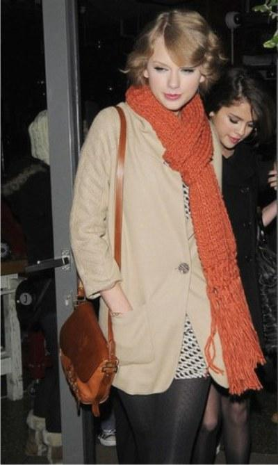 celebrities-wearing-scarves-for-winter-2010-iKiev.ua