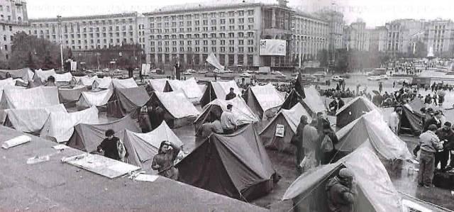 Палатачный городок. Киев-1992г. На фоне видна реконструкция фасада главпочтамта